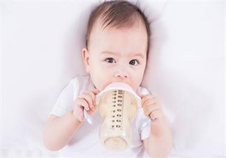 小宝宝晚上突然哭闹是怎么回事 宝宝突然半夜哭了要不要哄他