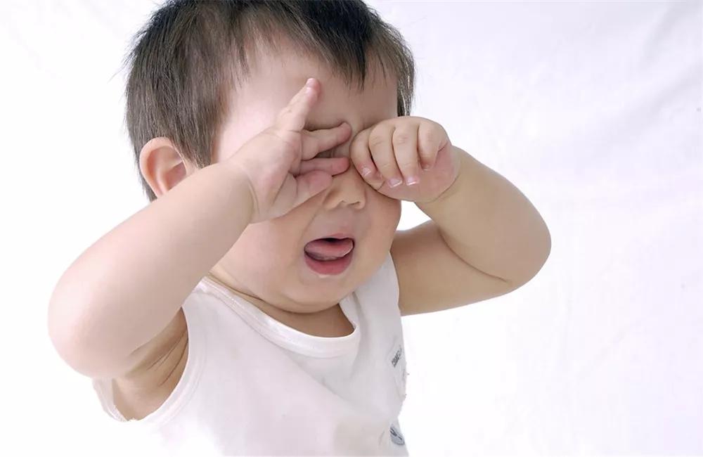 孩童被眼睛戳伤后应该怎么办好 孩童眼睛被尖物戳伤准确处理方法
