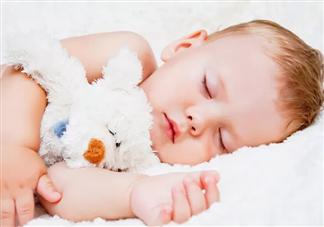 孩子睡觉满床打滚正常吗 孩子睡觉满床打滚是什么原因