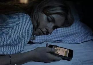 睡前玩手机增加抑郁风险是真的吗 如何控制预防抑郁症的发生