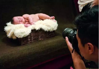 宝宝拍照闪光灯对眼睛有伤害吗 宝宝拍满月照要注意什么