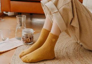 冬天穿袜子睡觉的说说 冬天晚上睡觉好冷穿袜子心情