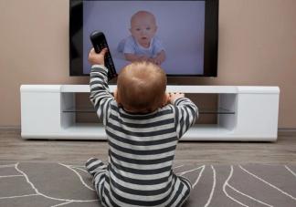 宝宝一岁可以看电视吗 宝宝什么时候能看电视