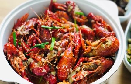 想吃小龙虾的搞笑说说 吃小龙虾发的幽默朋友圈
