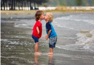小孩子之间亲亲抱抱要管吗 小朋友互相亲亲抱抱怎么办