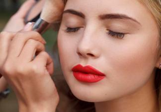 化妆品过敏脸部有什么症状 化妆品过敏脸肿了怎么办
