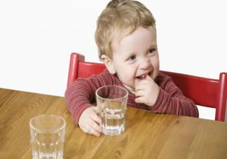 喝配方粉的宝宝需要额外喂水吗 夏季宝宝喝水要注意什么
