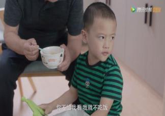 孩子一边吃饭一边看iPad要担心消化不良吗 如何让孩子专心吃饭