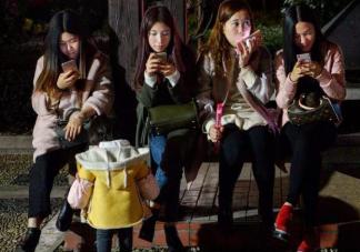陪孩子时玩手机有什么危害 父母怎么成为陪玩高手