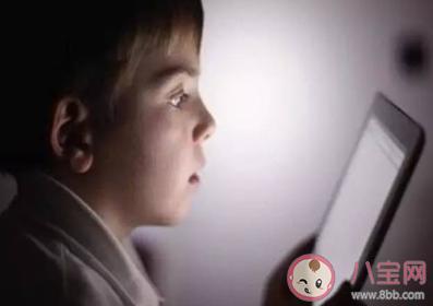 孩子哭闹着要玩手机怎么办 家长应该怎么应对