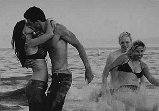 水中爱爱该怎么做更舒服 水中爱爱有哪些注意事项