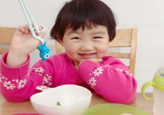 晒宝宝自己吃饭高兴的说说 宝宝学会吃饭了心情感言
