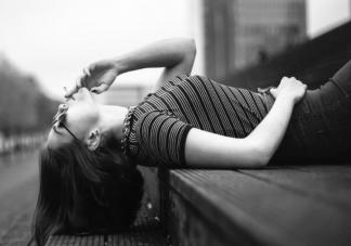 从小缺爱的女孩怎么慢慢变开朗 缺爱的孩子怎么治愈自己