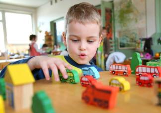 孩子在幼儿园里哭闹着想回家怎么办 宝宝入园最让家长焦虑的五个问题