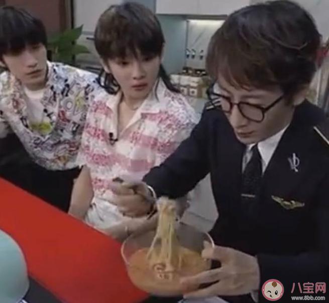刘谦把切碎的纸切成面条,然后吃掉了。是真正的面条还是假纸?