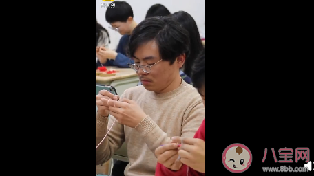 高校开织毛线课怎么回事 为什么男生抢着上