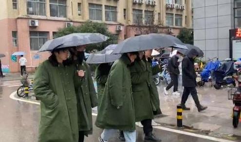 大一男生组团穿军大衣上课怎么回事 军大衣有多保暖