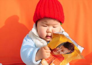 宝宝喜欢撕纸要阻止吗 宝宝爱撕纸怎么应对处理