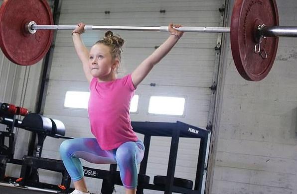 7岁女孩为什么能举起80公斤杠铃 孩子从小运动的好处