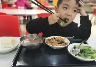 女儿第一次用筷子吃饭发朋友圈 表扬小朋友会用筷子了心情感言