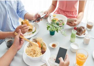 边吃饭边玩手机会胖吗 边吃饭边玩手机对健康有什么影响