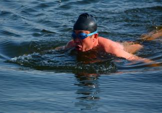 冬泳后为什么不能马上洗热水澡 冬泳后身体怎么快速回暖