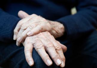 出现手抖是帕金森病吗 得了帕金森病有哪些症状表现