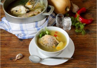 吃饭时能一边喝水喝汤吗 吃饭时喝汤比喝水健康吗
