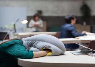 长期趴在桌子上睡觉对身体有什么危害 上班族怎么午睡健康