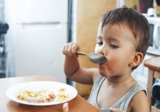 宝宝多大能用勺子吃饭 怎么训练孩子用勺子吃饭
