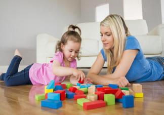 宝宝玩玩具反复教都不会是不聪明吗 父母怎样陪孩子玩玩具