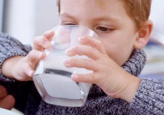 小孩把牛奶当水喝有没有问题 孩子为什么把牛奶当水喝