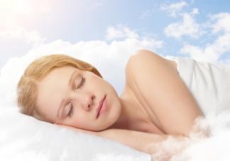 裸睡会燃烧更多脂肪是真的吗 穿内衣睡觉VS不穿内衣睡觉的女生区别
