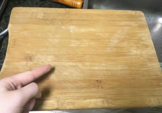 菜板用开水烫一下能烫干净吗 砧板如何清洁使用
